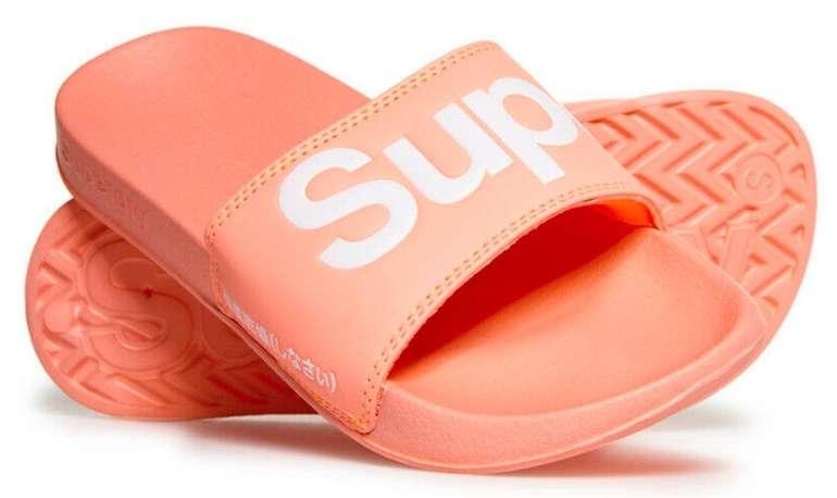 Superdry Damen Badelatschen in Coral für 11,95€ inkl. Versand (statt 26€)