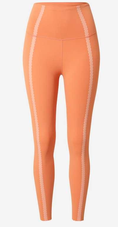 Nike Damen Sporthose in orange / pfirsich für 26,90€ inkl. Versand (statt 32€)