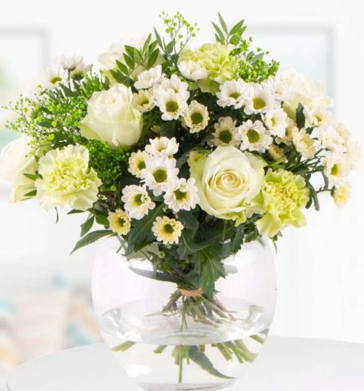 Blumenstrauß Marit mit weißen Rosen und Nelken für 22,90€inkl. Versand (statt 28€)