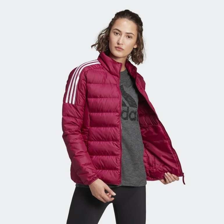 """Adidas Essentials Damen Daunenjacke in der Farbe """"Power Berry"""" für 50,40€ inkl. Versand (statt 77€)"""