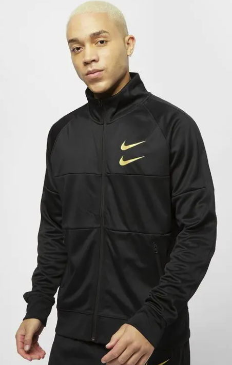 "Nike ""NSW Swoosh"" Herren Jacke in Schwarz/Gold für 31,60€ inkl. Versand (statt 45€)"