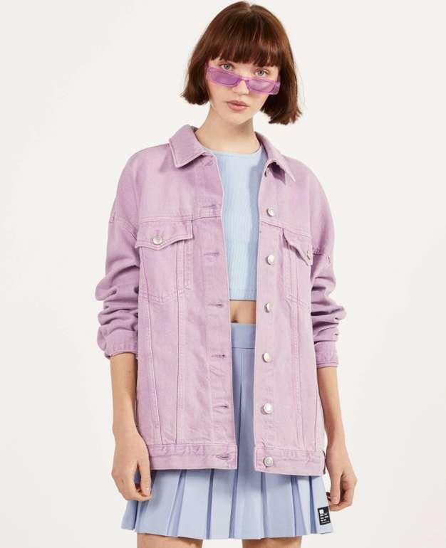 Bershka Oversize-Jeansjacke in violett für 14,99€ zzgl. Versand (statt 30€)