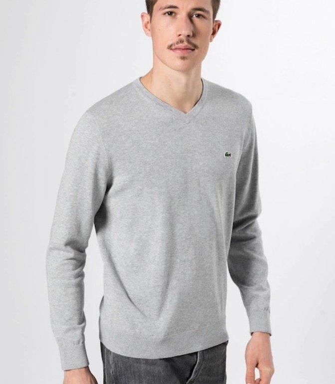 Lacoste Pullover mit V-Neck in Grau für 59,42€ inkl. Versand
