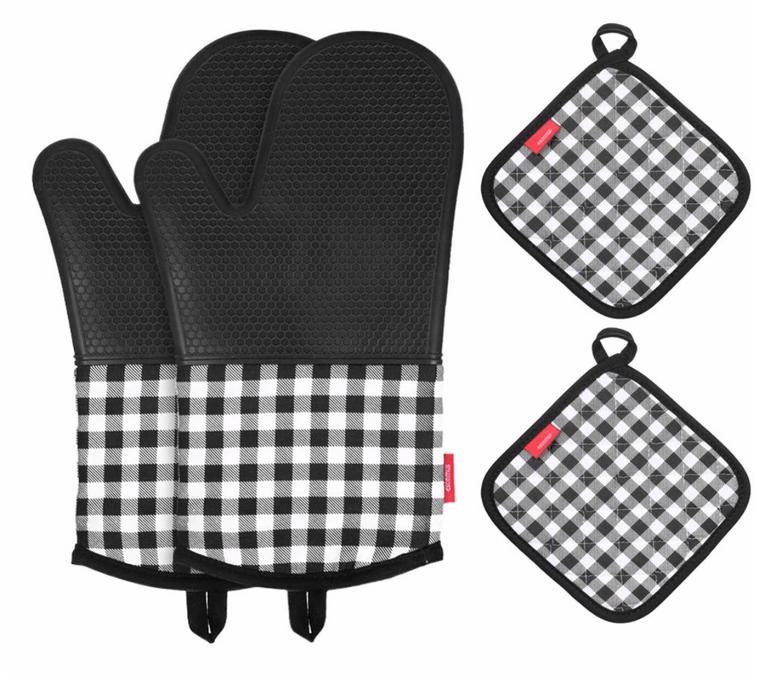 Esonmus Silikon Ofenhandschuh + 2 Topflappen für 9,91€ inkl. Prime Versand (statt 16€)
