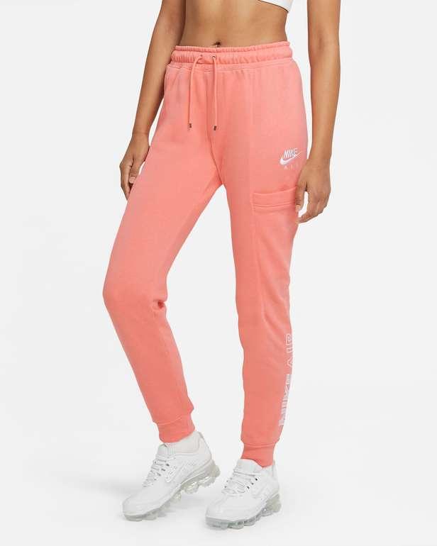 "Nike Sportswear Heritage Fleece-Joggers im ""Crimson"" Colourway für 33,58€ inkl. Versand (statt 45€)"