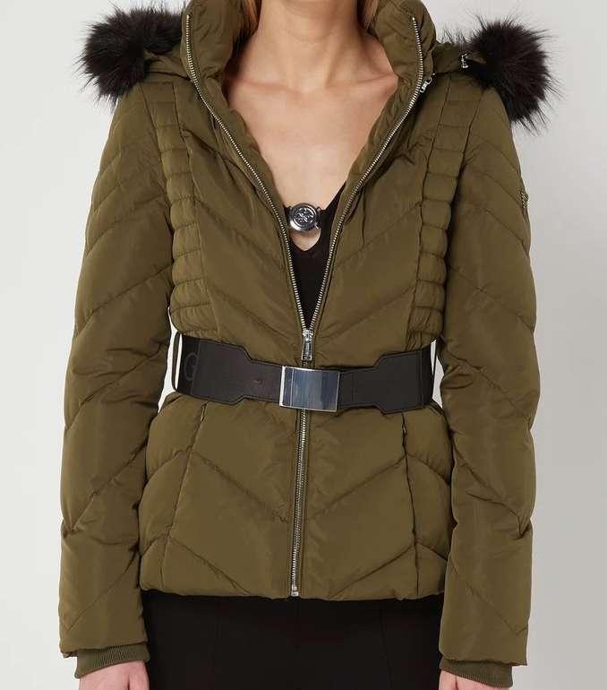 Guess Petra Down - Damen Daunenjacke mit abnehmbarer Kapuze für 134,99€ inkl. Versand (statt 161€)