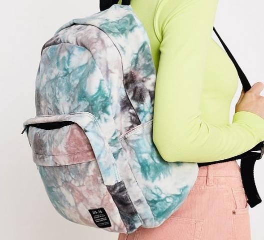 Urban Outfitters Rucksack aus Samt in Batikoptik für 18,20€ inkl. Versand