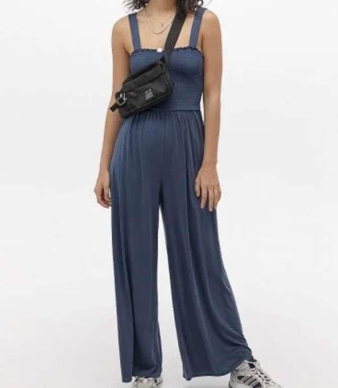 Urban Outfitters: 20% Extra Rabatt auf den Sale - z.B. Gesmokter Cupro-Overall für 25,60€ (statt 69€)