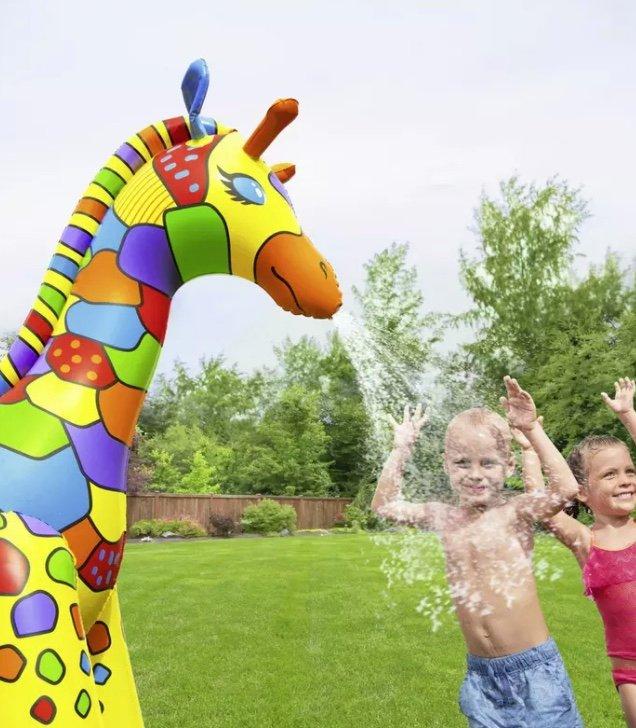 Bestway Jumbo Giraffe Wassersprinkler für 28,94€ inkl. Versand (statt 35€)