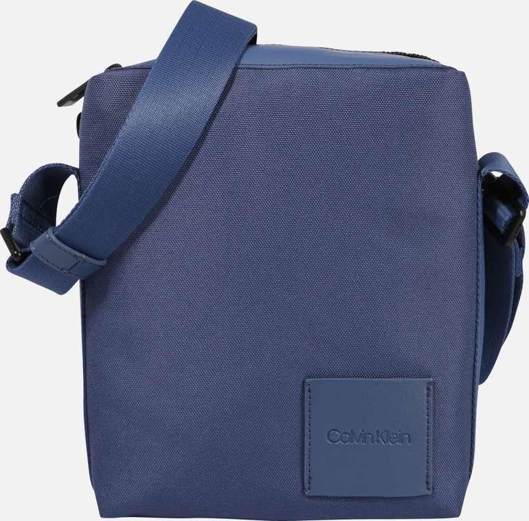 Calvin Klein Tasche in blau für 31,46€ inkl. Versand (statt 70€)