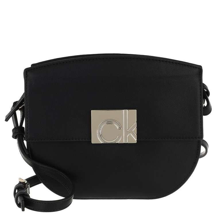 Calvin Klein Flap Saddle Bag in Schwarz für 75€ inkl. Versand (statt 84€)