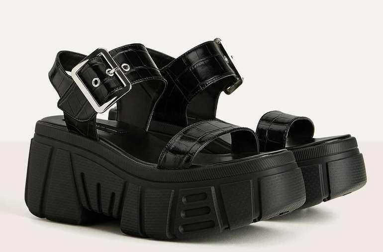 Bershka Sportliche Plateau-Sandale in schwarz oder weiß für je 25,19€ inkl. Versand (statt 36€)