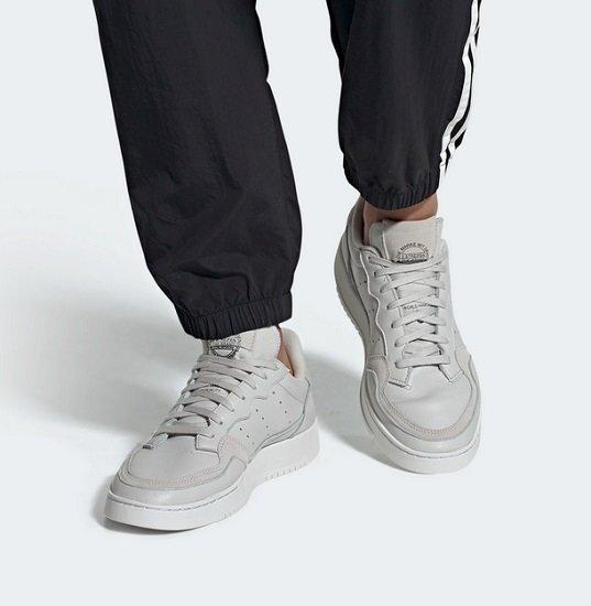 Adidas Supercourt Retro Herren Sneaker in grau/weiß für 62,97€ inkl. Versand (statt 90€)