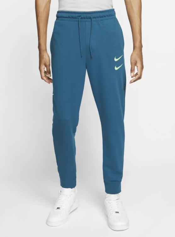Nike Sportswear Swoosh Herrenhose in blau für 29,73€inkl. Versand (statt 60€) - Nike Membership