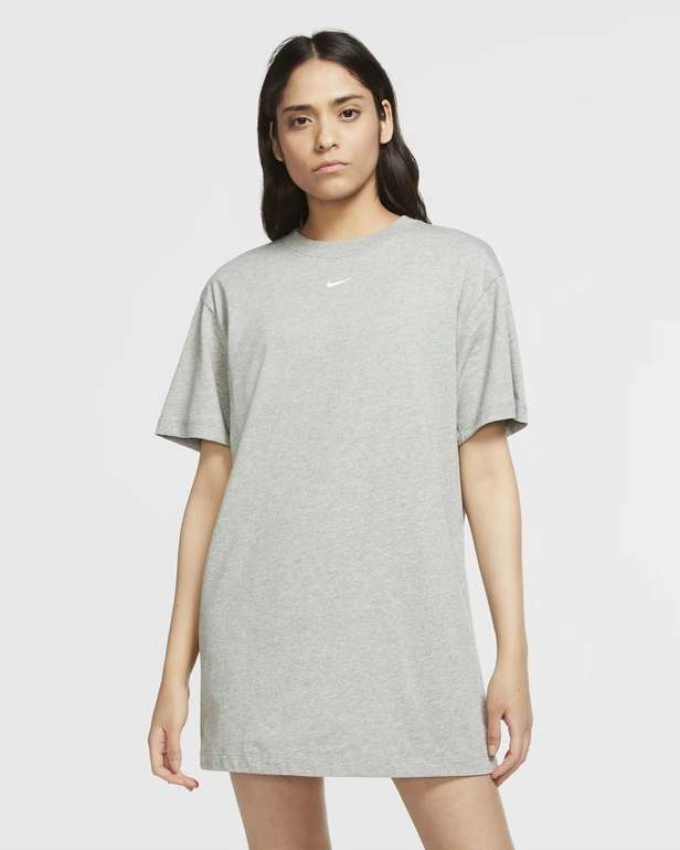 Nike Essential Damen T-Shirt Dress für 25€ inkl. Versand (statt 29€)