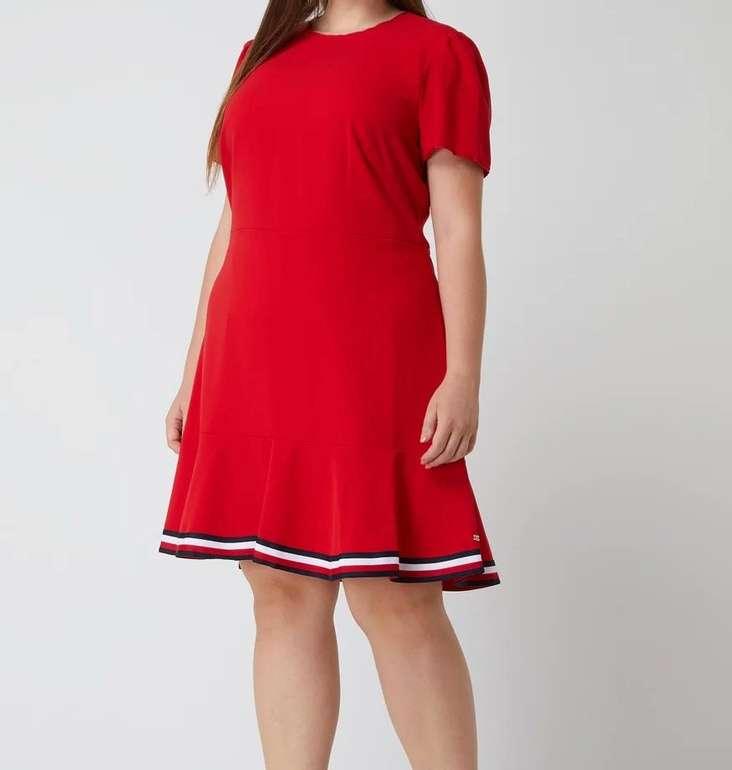Tommy Hilfiger Curve - Plus Size Kleid mit Logo-Streifen für 110,49€ inkl. Versand (statt 169€)