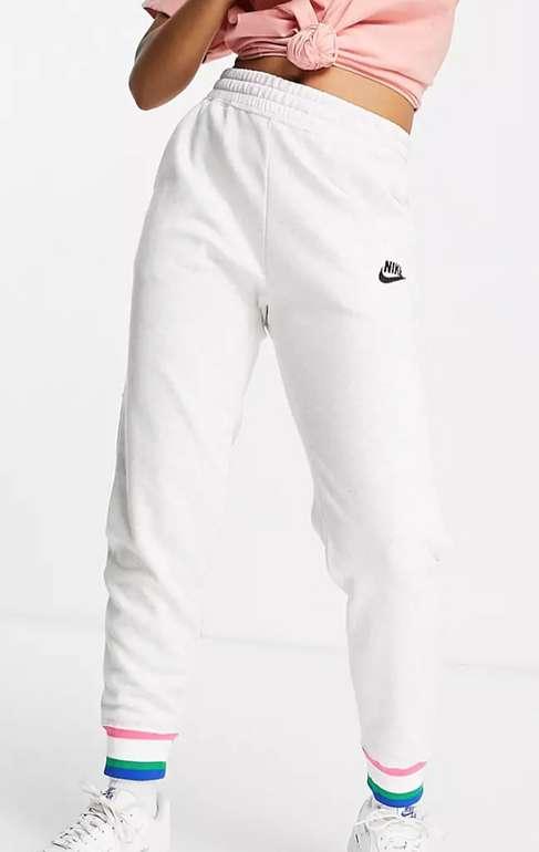Nike Heritage Damen Jogginghose für 33,12€ inkl. Versand (statt 44€)