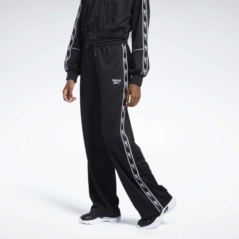 Reebok Classics Damen Poly Taped Pants für 29,40€ inkl. Versand (statt 57€)