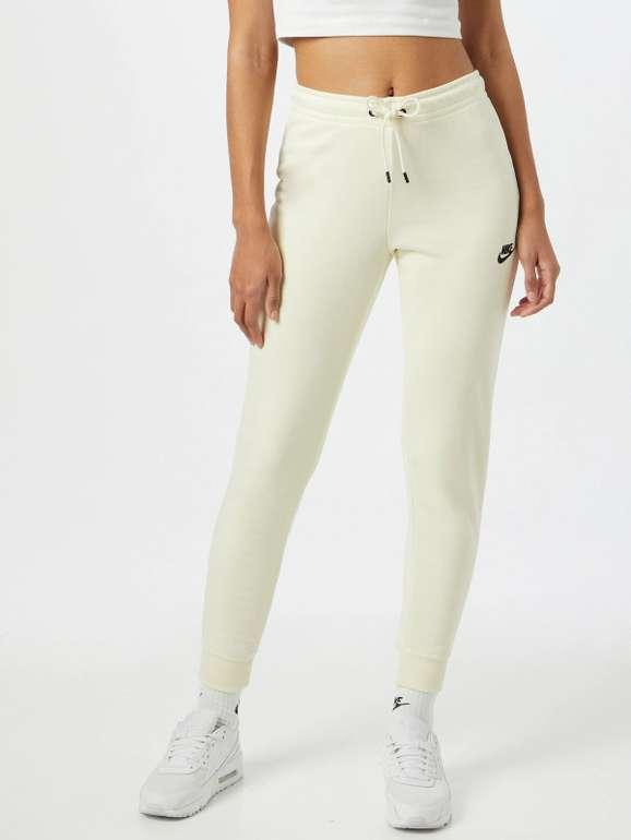 Nike Essential Fleece Jogginghose in Creme für 33,92€ inkl. Versand (statt 40€)