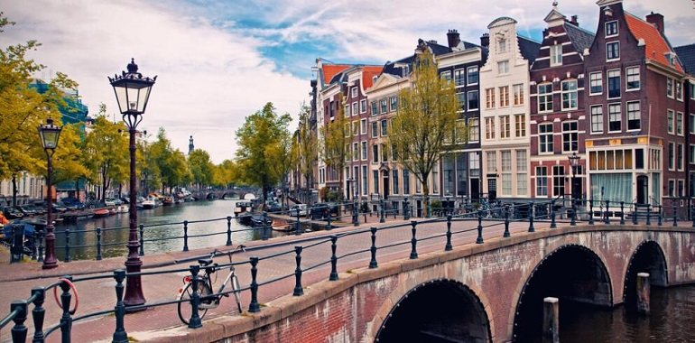 the niu Fender Amsterdam TravelCircus