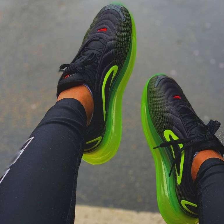 Nike Air Max 720 Sneaker in black/volt/bright crimson für 87,92€ inkl. VSK (statt 104€)