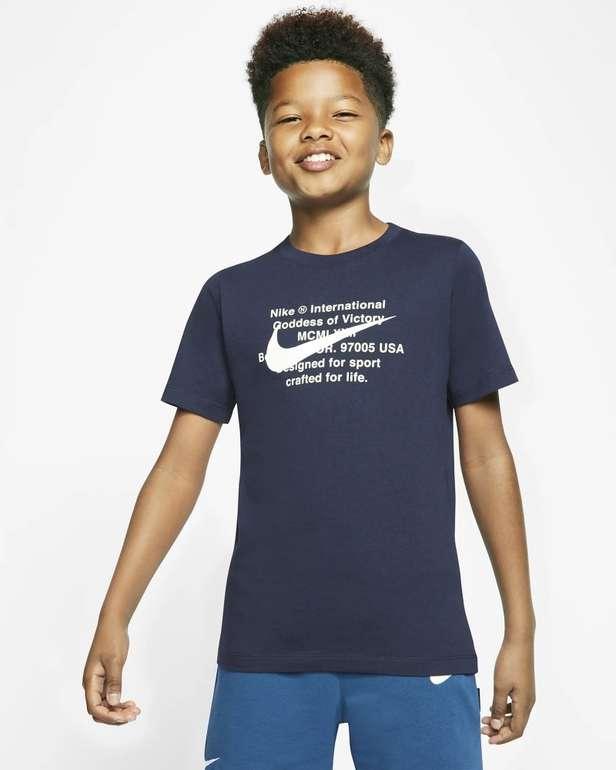 Nike Sportswear Swoosh Kinder T-Shirt in 2 Farben für je 11,98€ inkl. Versand (statt 24€) - Nike Membership!