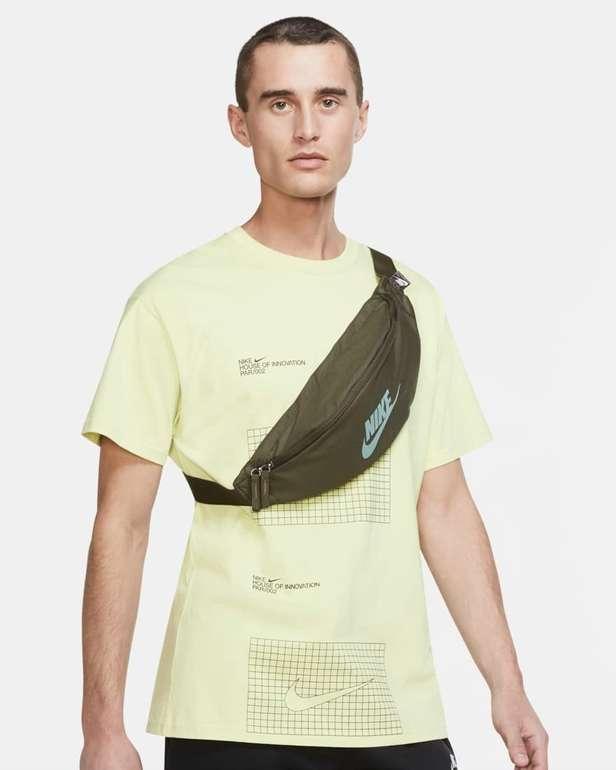 Nike Heritage Hüfttasche in Grün und Schwarz für 14,99€ inkl. Versand (statt 20€) - Nike Member!