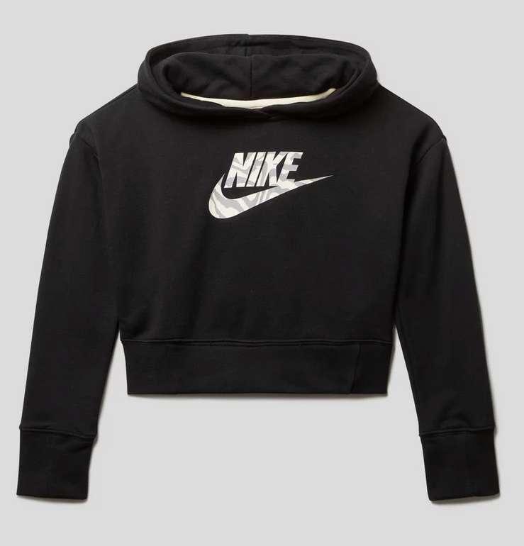 Nike Standard Fit Mädchen Hoodie aus Baumwollmischung in Schwarz oder Rot für 18,69€ inkl. Versand (statt 28€)