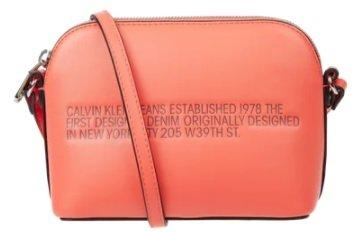 Calvin Klein Jeans Crossbody Bag in Leder-Optik mit Statement-Print für 37,09€ inkl. Versand (statt 54€)