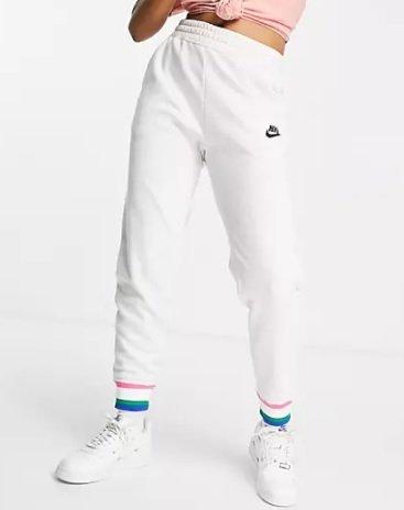 Nike Club Fleece Damen Jogginghose in Weiß für 44,16€ inkl. Versand (statt 52€)