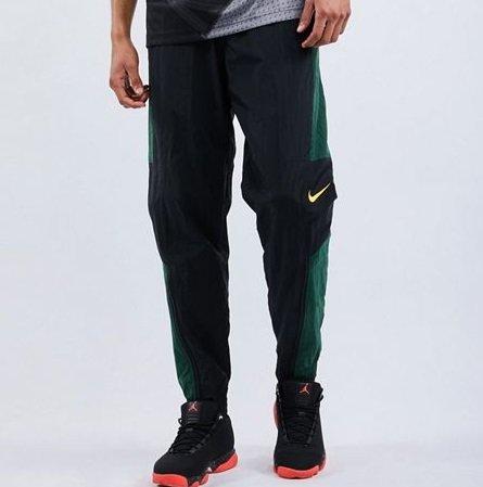 Nike Woven Herren Hose in Black-Fir-University Gold für 24,99€ (statt 40€)