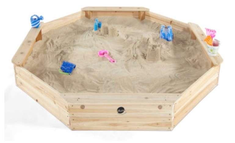 plum Gigantischer Kinder Sandkasten aus Holz mit Bänken und Schutzhülle für 89,99€ (statt 119€)