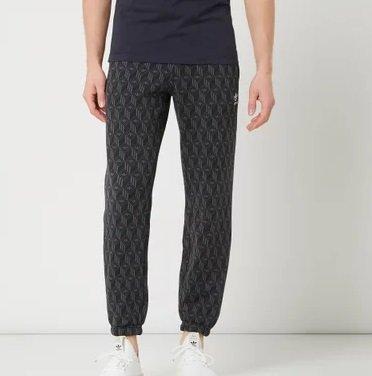 adidas Mono AOP Sweatpants mit Logo-Muster für 37,49€ (statt 65€) - Größe: S & L