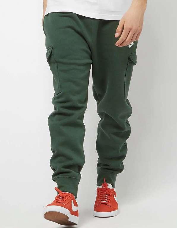 Nike Sportswear Club Fleece Cargo Hose in grün für 24,99€inkl. Versand (statt 40€)