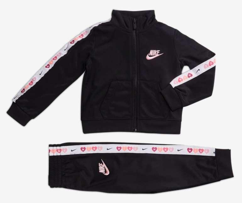 Nike Futura Baby bzw. Vorschul Tracksuit für 39,99€ inkl. Versand (statt 45€)