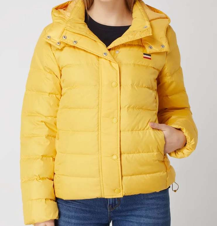 "Levi's Daunenjacke ""Core Down Puffer"" in gelb mit abnehmbarer Kapuze für 85,41€ inkl. Versand (statt 140€)"